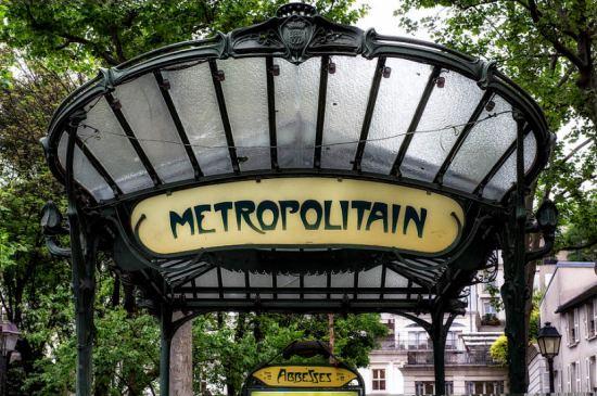 Détail d'un édicule Guimard (modèle créé au début du XXe siècle) ornant l'accès de la station Abesses. À l'origine placé station Hôtel de Ville, il fut déplacé à la station Abesses en 1974