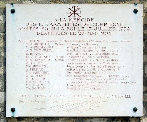 Plaque au cimetière de Picpus (Paris 12e), en mémoire des 16 Carmélites de Compiègne, guillotinées le 17 juillet 1794 et béatifiées par le pape Pie X le 27 mai 1906