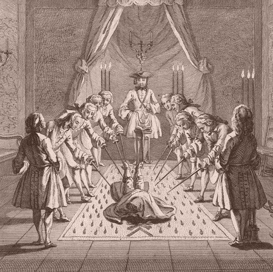 Assemblée de francs-maçons pour la réception des maîtres. Le récipiendaire est couché sur le cercueil dessiné dans la Loge, le visage couvert d'un linge teint de sang. Et tous les assistants ayant tiré l'épée lui présentent la pointe au corps. Gravure de Philippe Le Bas. Détail d'un dessin de Wachsmut appartenant à une série de gravures dites gravures Gabanon (XVIIIe siècle) éditée par Martin Engelbrecht, à Augsbourg