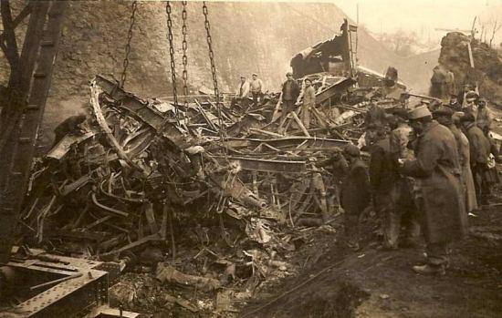 Photographie des opérations de déblaiement montrant les débris des voitures du train accidenté