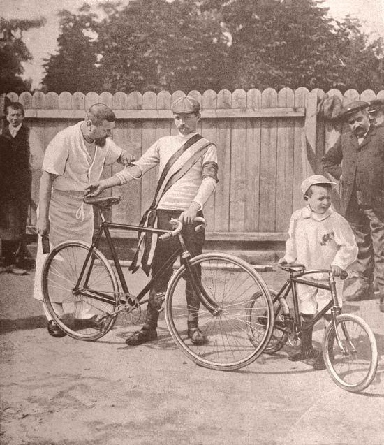 Maurice Garin, vainqueur des première, cinquième et sixième étapes, et vainqueur du Tour de France 1903. Photographie extraite de La Vie au grand air : revue illustrée de tous les sports du 24 juillet 1903