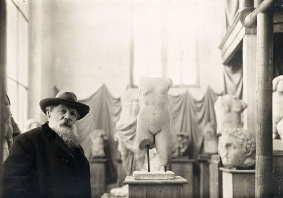 Rodin au milieu de sa collection d'antiques vers 1910. Photographie de Albert Harlingue