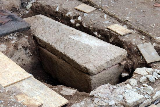 Le sarcophage du VIIe siècle est en pierre calcaire, il est assez basique