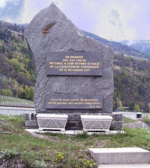 Stèle inaugurée le 12 décembre 1998, pour le 81e anniversaire de l'accident, sur le lieu-dit La Saussaz, non loin du lieu du drame