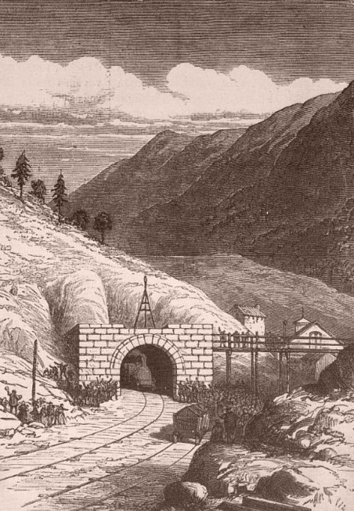 Train sortant du tunnel ferroviaire du Fréjus reliant Modane (France) dans la vallée de la Maurienne et Bardonnèche (Italie)